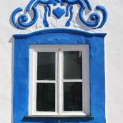Janela debruada a azul