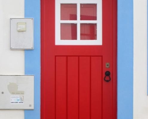 Porta vermelha e barra azul