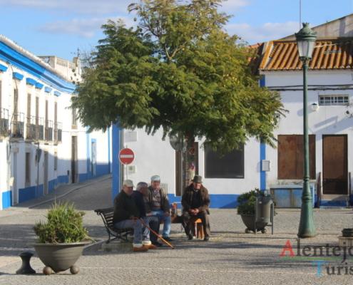 Messejana: homens sentados num banco