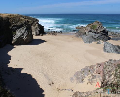 Praia de areia e ilhéus