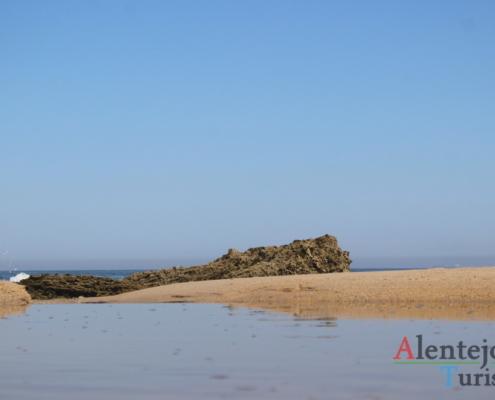 Praia da Foz do Burrinho: água e rocha