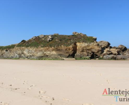 Praia da Foz do Burrinho: rochedo