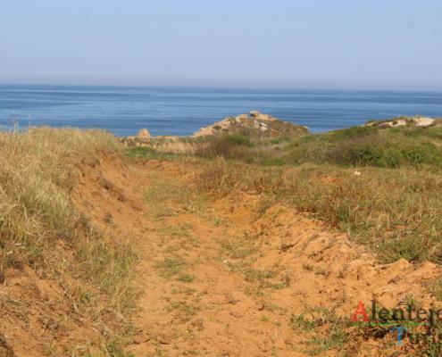 Praia da Foz do Burrinho: terra laranja