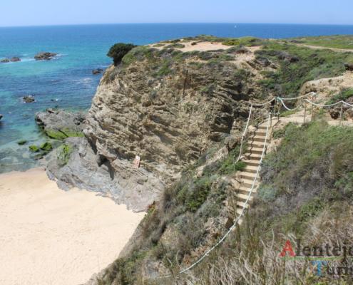 Escadaria na falésia na praia do Porto Covinho