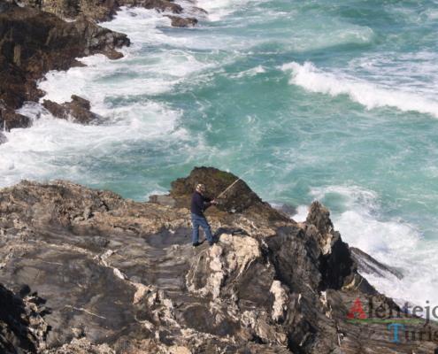 pescador na falésia