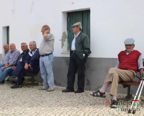Homens sentados nos bancos de rua