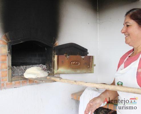 Pão em massa a entrar no forno