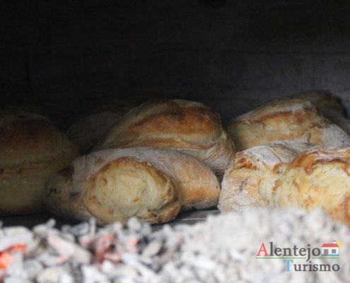 Pão no forno e brasas