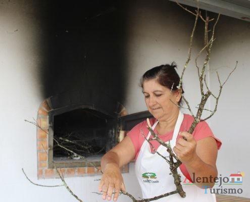 Mulher a acender o forno do pão