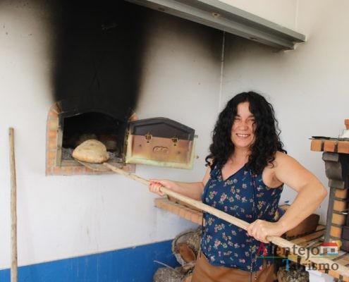 Pão a ser retirado do forno com pá de madeira
