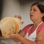 Mulher a bater no pão