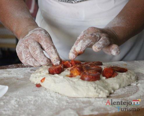 Colocar chouriço no pão em massa