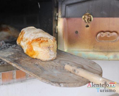 Pão com chouriço a sair do forno