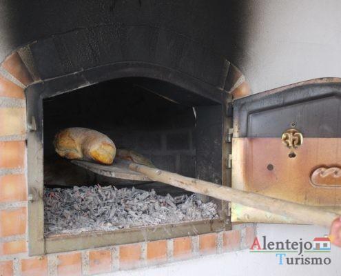 Pão com chouriço dentro do forno
