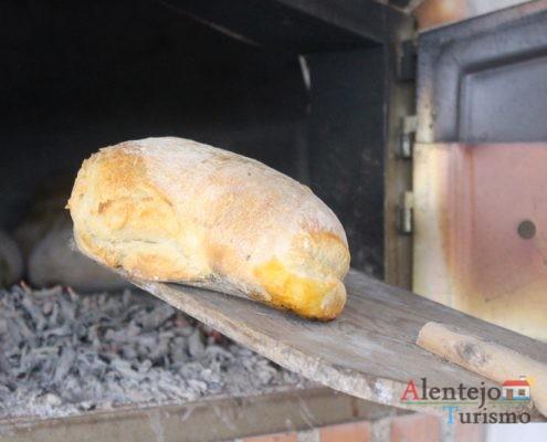 Pão com chouriço na pá do forno