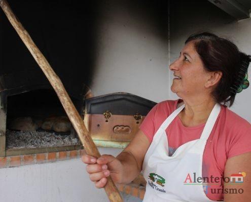 Mulher a limpar o forno