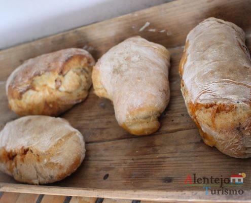 Tabuleiro de madeira com pães com chouriço