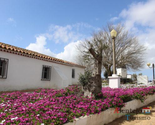 Igreja e canteiro de flores