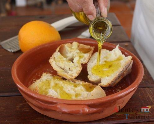 Tiborna com raspas de laranja – pão quente, açúcar e raspas de laranja.