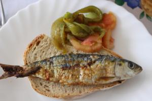Pão, sardinha. tomate e pimentos
