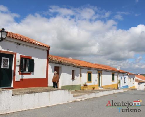 Rua com casas típicas