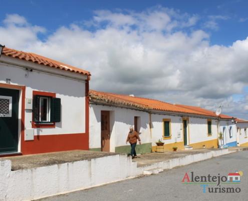 rua com casas coloridas