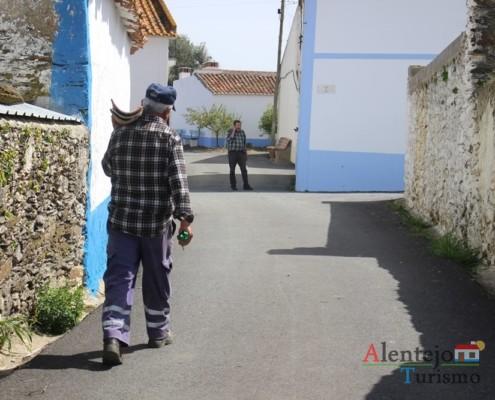 Alcarias – Capital dos cata-ventos - homem a carregar telhas