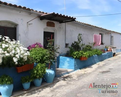 Casa com vasos de flores - Alcarias – capital dos cata-ventos – concelho de Ourique