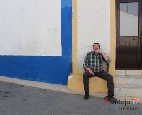 Homem sentado nos bancos de rua - Rua tradicional - Conceição – Concelho de Ourique
