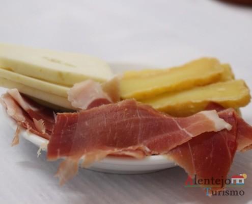 Entrada de queijinho e presunto - Taberna Encarnação –Aldeia do Elvas –Concelho de Aljustrel -AlentejoTurismo