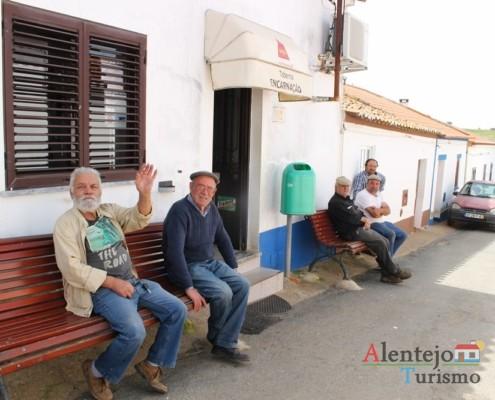 Bancos na frente da taberna - Taberna Encarnação –Aldeia do Elvas –Concelho de Aljustrel –AlentejoTurismo
