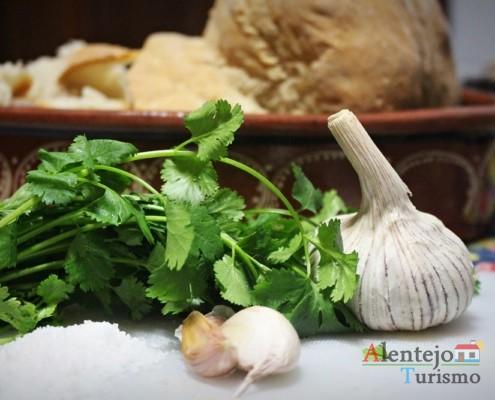Coentros, alhos e sal - Açorda de alho – Gastronomia - Alentejo