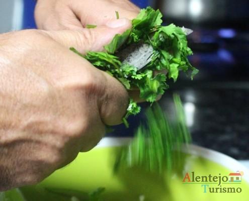 Picar os coentros - Açorda de alho – Gastronomia - Alentejo