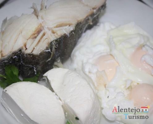Bacalhau e ovos escalfados - Partir os ovos - Pisar - Açorda de alho – Gastronomia - Alentejo