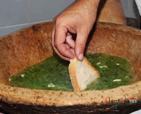 Sopa mestra ou sopa azeiteira - Vazar - Partir os ovos - Pisar - Açorda de alho – Gastronomia - Alentejo