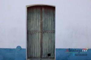 O mistério do buraco na porta