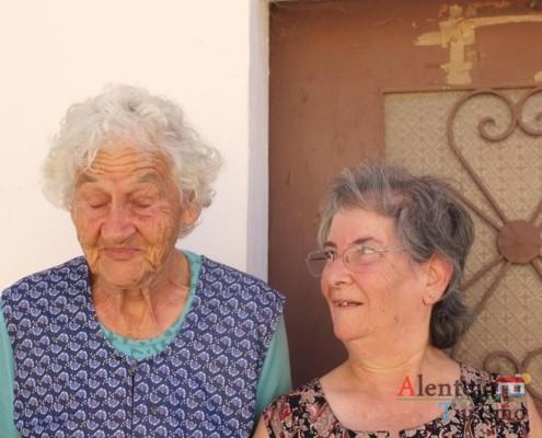 A D. Maria Vitória Nobre com uma das senhoras mais idosas do povoado - Gentes - Museu vivo – Grandaços – Concelho de Ourique - Alentejo