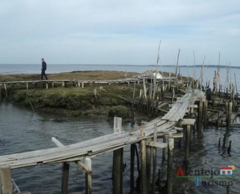 Passadiço assente em estacas de madeira - Cais Palafítico da Carrasqueira – Concelho de Alcácer do Sal - Alentejo