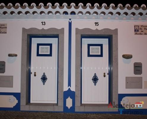 A Casa da Figueira da Ilustre Cecília e a Casa do Poço do Ilustre André destacam-se pelos escritos nas paredes e pela gemelaridade; em Vila Fernando - Concelho de Elvas - Alentejo