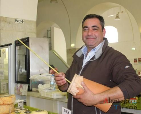 Senhor Velhinho; vendedor de queijos; Casa das Barcas;; Concelho de Elvas; Alentejo