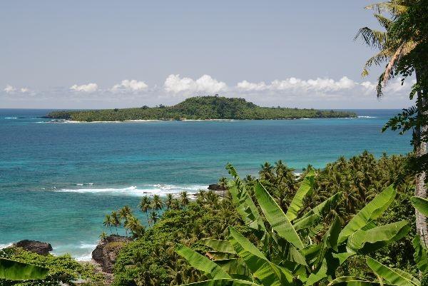 Ilha vista de uma praia verde