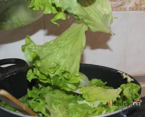 Sopa de alface: acrescente as folhas de alface partidas com as mãos.