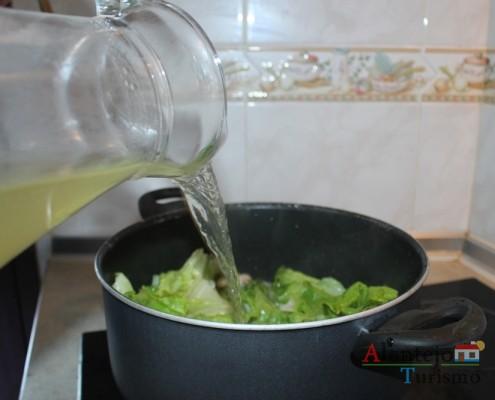 Sopa de alface: acrescente o caldo de carne ao refugado.