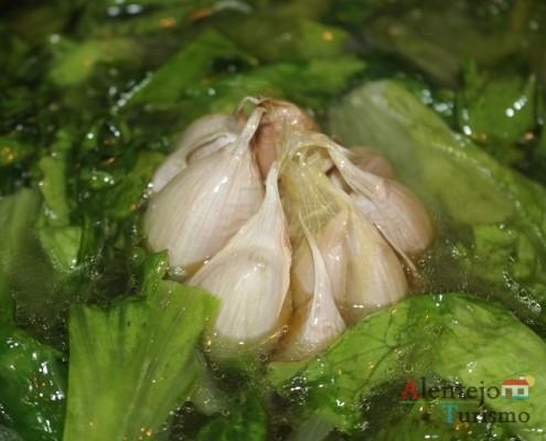 Sopa de alface: uma cabeça de alhos inteira.