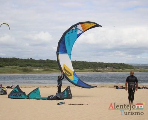 Kitesurf; Lagoa e praia de Santo André, Concelho de Santiago do Cacém, Alentejo; AlentejoTurismo