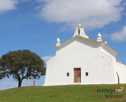 Igreja branca e azinheira - Ermida de São Pedro das Cabeças