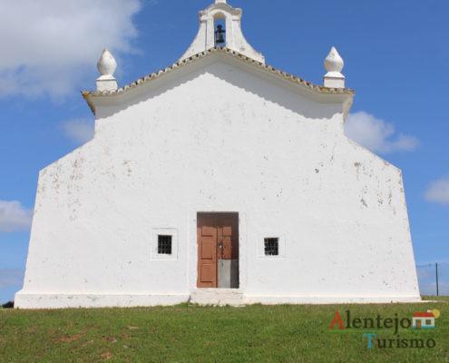 Igreja branca e relva verde - Ermida de São Pedro das Cabeças