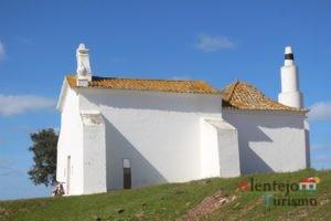 Vista lateral de igreja branca