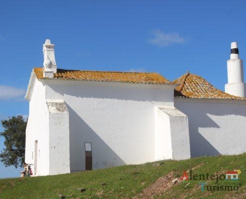 Ermida de São Pedro das Cabeças - vista lateral de igreja branca
