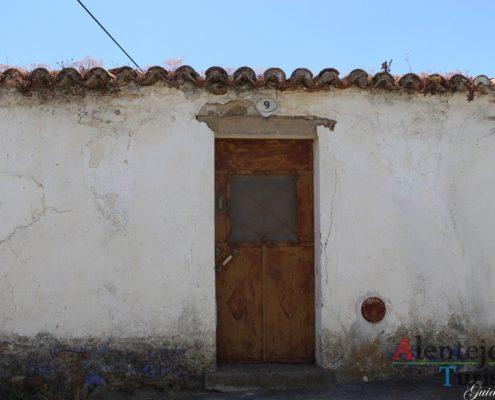 Casa velha com porta castanha.